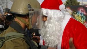 Kopf-an-Kopf: Ein als Weihnachtsmann verkleideter Palästinenser kommt mit einem israelischen Soldaten zusammen.