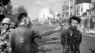 Ein Foto, das unser Bild des Krieges bis heute prägt: Eddie Adams Schwarzweißaufnahme zeigt, wie der südvietnamesische Chef der Polizei, Nguyen Ngoc Loan, auf offener Straße einem Vietcong in den Kopf schießt.