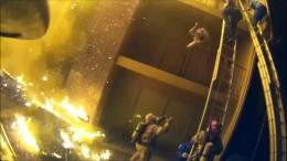 Feuerwehr fängt fallende Kinder