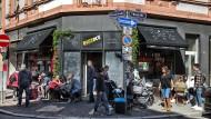 Kiez-Gefühle: Das Eiscafé Bizziice ist einer der beliebtesten Treffpunkte an der Brückenstraße in Sachsenhausen, hat mächtig viel Leben in das Viertel gebracht und ist ein Glücksfall für die Gegend.