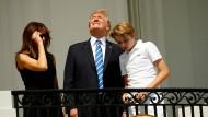 Melania, Donald und Barron Trump am Tag der Sonnenfinsternis im vergangenen August. die meisten Menschen beherzigten den vernünftigen Rat, sich das Spektakel nicht ohne Schutzbrille anzuschauen.