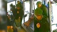 Die Bilder einer Überwachungskamera zeigen nach dem starken Vermuten die früheren RAF-Terroristen Burkhard Garweg (vorn) und Ernst-Volker-Staub (hinten) am 2. Januar 2015 in einem Bus in Osnabrück (Niedersachsen)