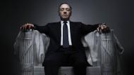 """Vier Jahre lang hat Kevin Spacey den skrupellosen Politiker Frank Underwood in der Serie """"House of cards"""" verkörpert. Jetzt hat Netflix die Zusammenarbeit mit ihm beendet."""