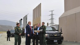 Jemand hat die Absicht eine Mauer zu bauen