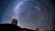 Bereits der Blick zum Sternenhimmel offenbart die Gesetzmäßigkeit der Natur, wie hier über dem chilenischen La Silla Observatorium der Eso.