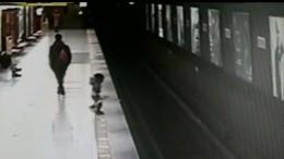 Kleinkind stürzt auf U-Bahngleise
