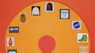 Latte-Macchiato-Becher von KPM Berlin, Single-Ohrring von Juuls, Pyjama-Jacke von Love Stories, Tasche von Longchamp und Jeremy Scott, Lotion Genaissance von La Mer, Sonnenbrille von Lunettes, Blazer von Lala Berlin, Jeansjacke von Levi's