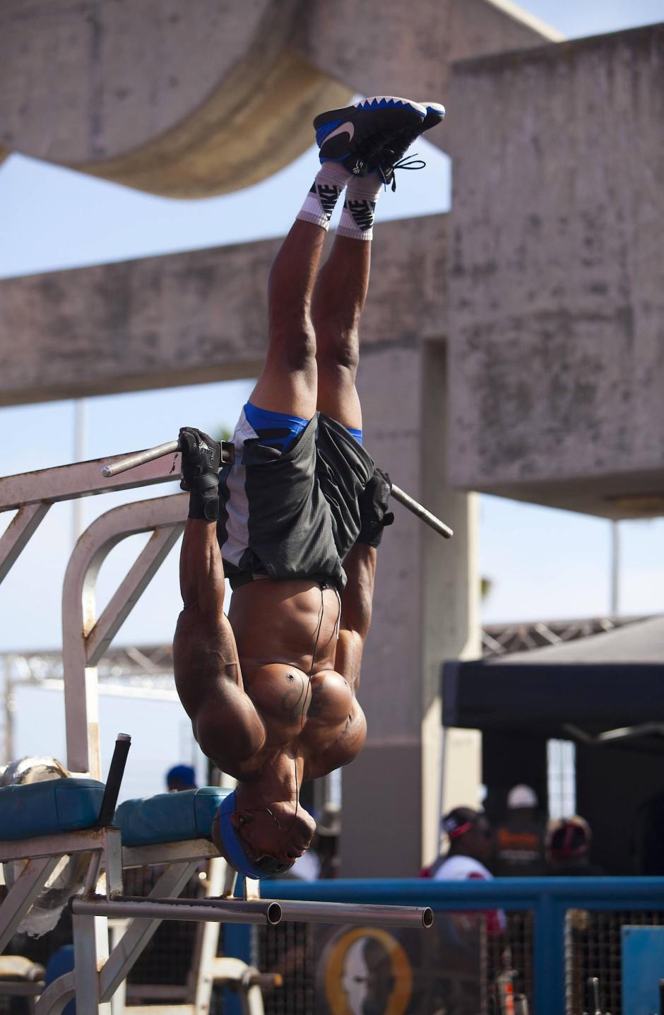 Mann oh Mann: Am Muscle Beach bringen sich Fitnessfreunde auf bemerkenswerte Weise in Form - und das mit althergebrachten Mitteln.