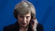 Theresa May hört gerne mit. Sie setze sich des Öfteren für den britischen Geheimdienst GCHQ ein und nahm dabei Rechtsverstöße in Kauf. Als Premierministerin könnte sie weicher werden.