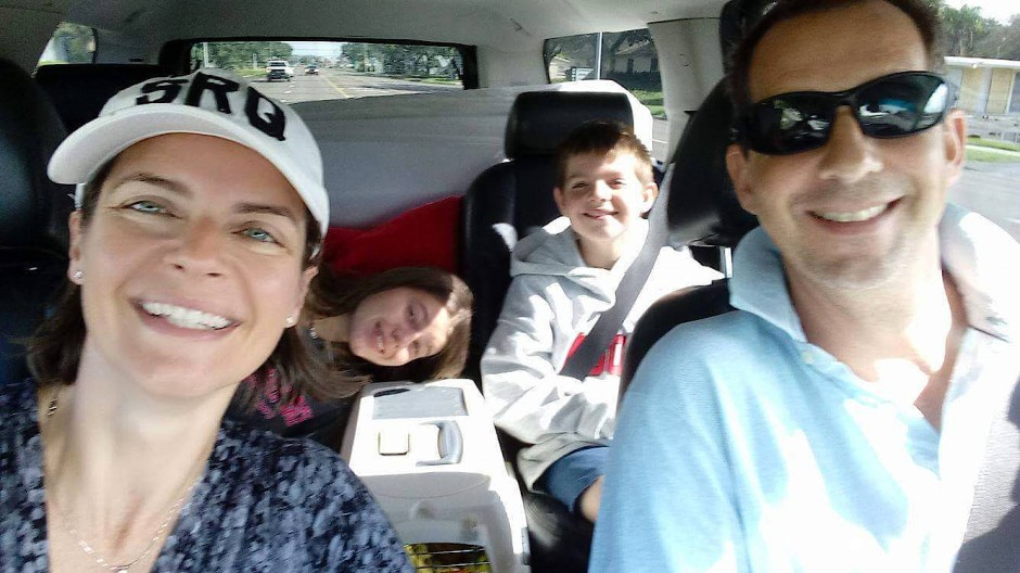 Überstanden: Die Familie auf dem Heimweg von der Notunterkunft in Sarasota
