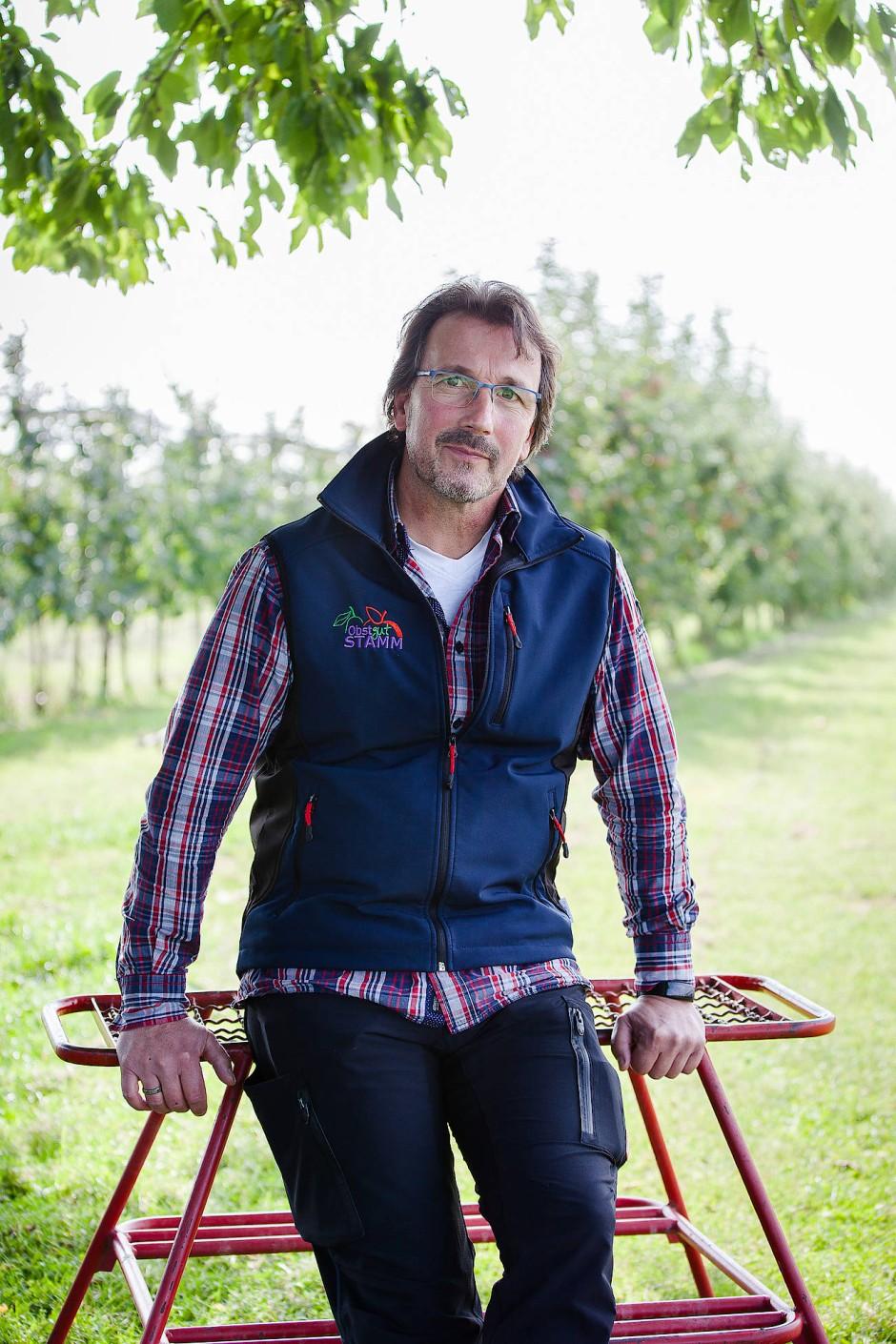 Stets vorbereitet auf den Ernstfall: Andreas Stamm auf seiner Apfelplantage