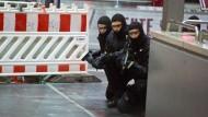 Anti-Terror-Übung: Polizisten sichern den Frankfurter Hauptbahnhof.
