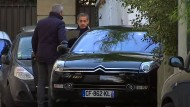 Nicolas Sarkozy (r.) am Dienstag beim Verlassen seines Hauses.
