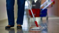 Im Einsatz: Reinigungskräfte sorgen in Kliniken für die so wichtige Sauberkeit.