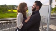 """Seine Frau soll Kopftuch tragen. Und wenn sie nicht will? Szene aus der Kika-Reportage  """"Malvina, Diaa und die Liebe"""""""
