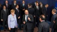 Ruhepol Europas: Kanzlerin Merkel neben EU-Parlamentspräsident Schulz bei einem Treffen der Staatschefs der Europäischen Union in Brüssel.