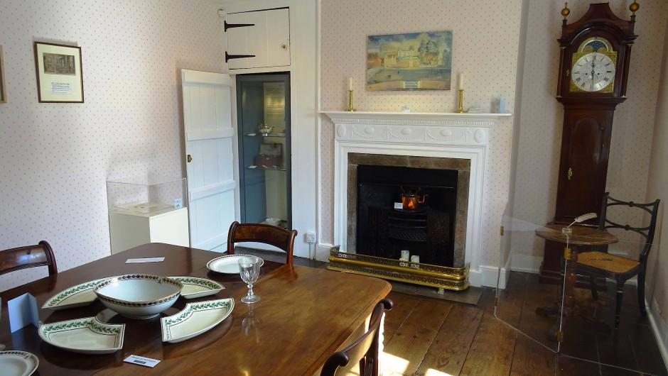 Jane Austens Vormittage gehörten intensiver Arbeit, die Nachmittage Spaziergängen, Klavierspiel und Unterhaltung, die Abende der Lektüre.