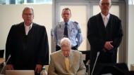 Der frühere SS-Wachmann Reinhold Hanning (Mitte) sitzt zwischen seinen Rechtsanwälten Johannes Salmen (r) und Andreas R. Scharmer in Detmold auf der Anklagebank.