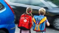 Macht ein Tracker es ihnen im Straßenverkehr wirklich leichter? Schulkinder im Sommer 2013 in Frankfurt an der Oder