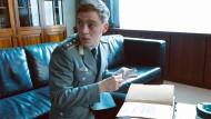 In der Uniform des Klassenfeindes: Martin Rauch (Jonas Nay) ist als vermeintlicher Bundeswehr-Oberleutnant Moritz Stamm rund um die Uhr beschäftigt.