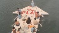 Was wir aus dem öffentlichen Raum alles machen könnten: die Aktionistengruppe Play zeigt es mit situationistischen Happening-Flößen und herumschwimmenden Häusern auf der Biennale in Venedig