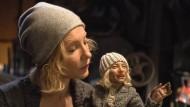 """Weil ich eins und doppelt bin: Cate Blanchett als Puppenspielerin in einer """"Manifesto""""-Szene"""