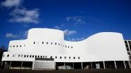 Blick auf das Schauspielhaus in Düsseldorf. Blauer Himmel, weiße Fassade.