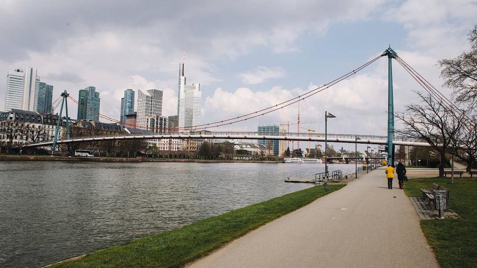 """Die von Albert Speer Junior entworfene Fußgängerbrücke """"Hohlbeinsteg"""" führt über den Main zum Städel in Frankfurt."""