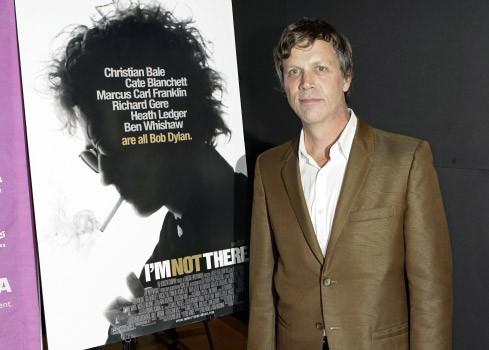 Sie alle sind Dylan: Regisseur Haynes neben dem Filmplakat