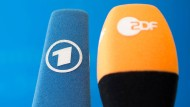 Bild und Ton sind nicht genug, Text soll es sein: Mikrofone bei einer Pressekonferenz