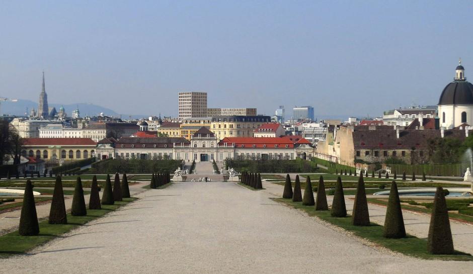 Was zählt schon das kulturelle Erbe, wenn Grundstücke mittels Freunderlwirtschaft verschachert und luxuriös bebaut werden? Blick vom Belvedere auf den geplanten Wohnturm.