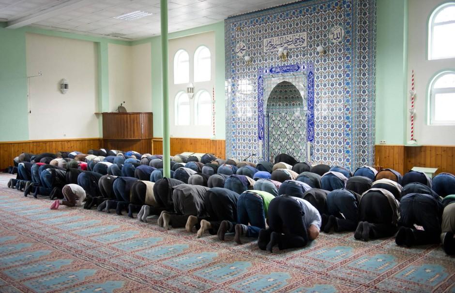 """Muslime beten gemeinsam in einer Moschee in Stuttgart. Die Gebetstexte gibt es auch in der App """"Muslim Pro"""", die weltweit von zwanzig Millionen Muslimen genutzt wird."""