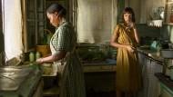 """Was hat sie nur in diese Einöde verschlagen? Florence (Mary J. Blige) und Laura (Carey Mulligan) in """"Mudbound""""."""