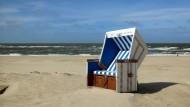 Glücklich werden Menschen, wenn es ihnen gelingt, etwas zu tun, was sie fordert, aber nicht überfordert, etwas, das passt: Strandkorb nahe Westerland auf Sylt.