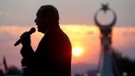 Spricht zum Volk: Recep Tayyip Erdogan bei den Feiern zum Jahrestag des gescheiterten Putschversuchs vor dem Präsidentenpalast in Ankara