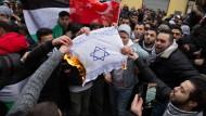 Wenn der Hass hochkocht: Bei einer Demonstration in Berlin wurde aus Wut auf Israel eine Flagge des Landes verbrannt.