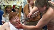 """Nachstellung der Arbeit eines """"Zahnreißers"""" beim historischen Stadtfest in Wittenberg 2002"""
