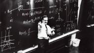 Wenn ein Prinzip wirklich fundamental ist, dann muss man es in einfache Worte bringen können: Richard Feynman als frischgebackener Nobelpreisträger 1965 am Europäischen Kernforschungszentrum bei Genf
