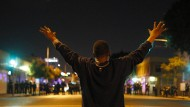 Am 9. August 2014 war der schwarze Jugendliche Michael Brown in Ferguson von einem weißen Polizisten erschossen worden. Dass es zu keiner Anklage kam, führte im ganzen Land zu anhaltenden Protesten: Am 25. November des Jahres kniet ein Demonstrant in Los Angeles vor Polizisten.