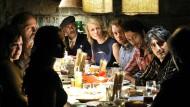 """Treffen zwei Kulturen in einer Familie aufeinander, kracht's schnell mal: Szene aus der Verfilmung von Jan Weilers Bestseller """"Maria, ihm schmeckt's nicht""""."""