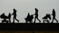 Schwarz-weiß-Denken ist keine gute Methode, um von Frauen mit Kindern und von solchen ohne zu handeln: Eltern samt Nachwuchs im Gegenlicht.