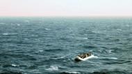 """In verzweifelter Lage: Flüchtlinge mit ihrem überfülltem Schlauchboot in der Nähe des Frachtschiffes """"OOC Cougar"""" auf dem Mittelmeer"""