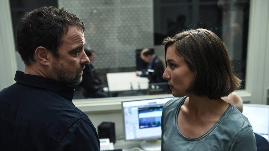Ruiz (Juergen Maurer) und Anna (Marie Leuenberger) sind gespannt, was Dr. Jessen beim Verhör des Verdächtigen herausbekommt.