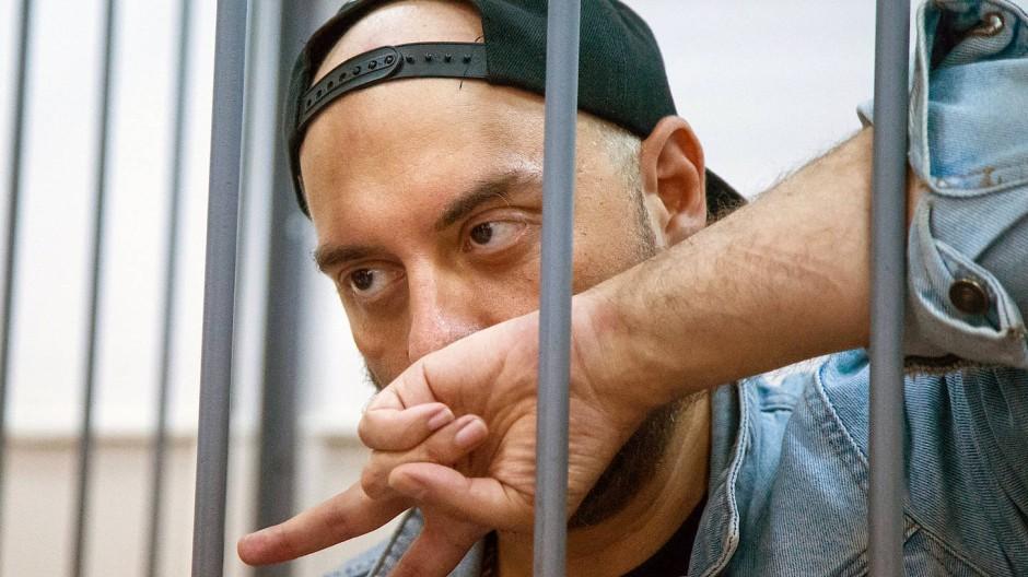 Nonkonformist hinter Gittern: Kirill Serebrennikow wurde nach seiner Festnahme im Käfig vorgeführt.