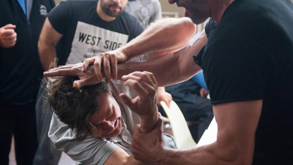 Kronbergs Mandant Holbrecht (Marcus Mittermeier) wird im Gefängnis angegriffen.