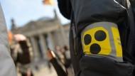 """Armbinde: Im Herbst 2013 haben taubblinde Menschen unter dem Motto """"Taubblinde in Isolationshaft"""" für ihre Belange vor dem Reichstag in Berlin demonstriert."""