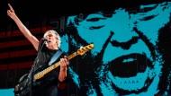 Fingerzeig: Roger Waters ist um deutliche Botschaften nicht verlegen. Hier bei einem Konzert in New York vor dem Konterfei von Donald Trump.