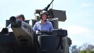 """Unterwegs mit dem """"Boxer"""" in Queensland: Der Entwicklungsminister des australischen Bundesstaates Anthony Lynham (R) und Rheinmetall-Geschäftsführer Gary Stewart."""