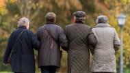 Rentner können sich dagegen wehren, wenn sie vom Fiskus doppelt zur Kasse gebeten werden.