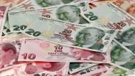 Der Wert der türkischen Lira ist gegenüber dem Dollar so tief gefallen wie noch nie zuvor.